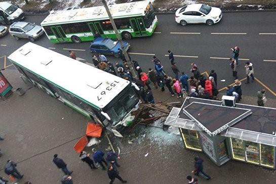 Автобус въехал в остановку на северо-западе Москвы