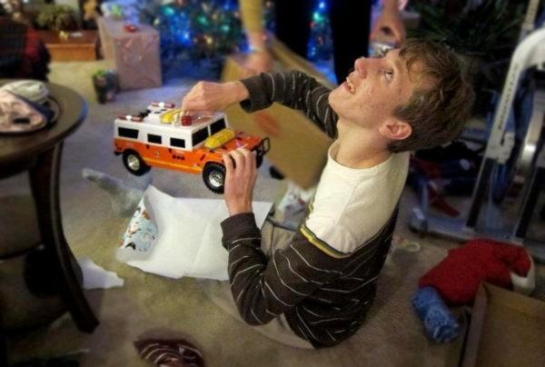Каждый год я ищу в подарок брату яркий оранжевый грузовик