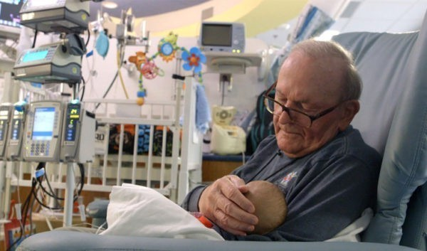 Дедушка из реанимации: 12 лет он баюкает чужих детей в больнице