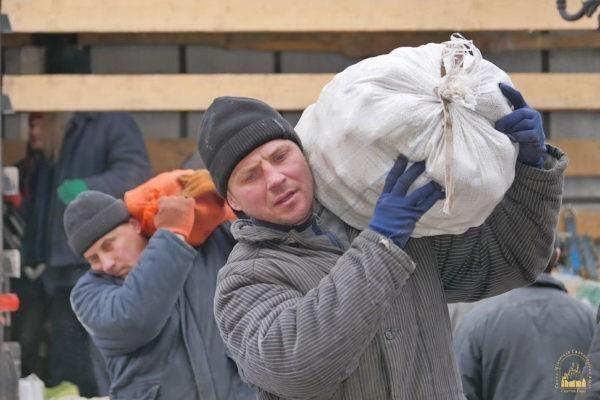 Прихожанка с Буковины собрала 25 тонн гуманитарной помощи для беженцев в Святогорской Лавре