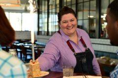 Бывшая бездомная стала лучшей официанткой города
