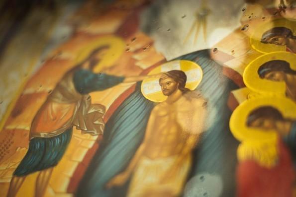 Словно в земных водах Крещения, в водовороте мира встает Христос