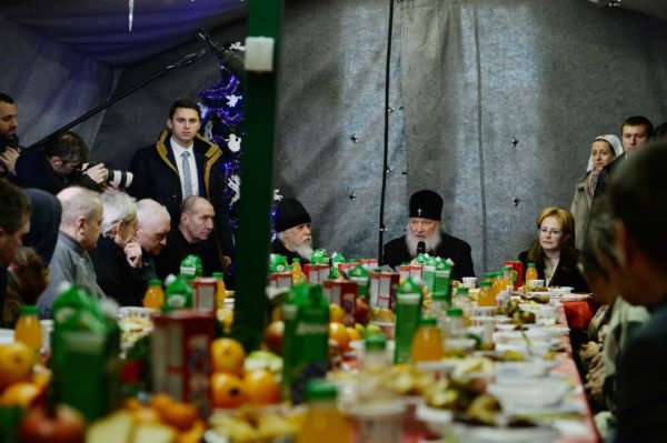 Патриарх Кирилл на Рождество пообедал с бездомными Москвы