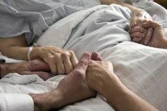 Госдума поддержала законопроект, разрешающий родственникам посещать больных вреанимации