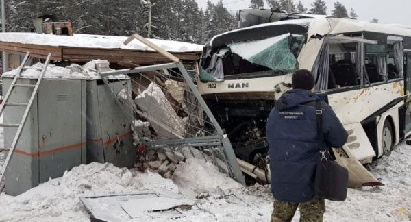 Водитель автобуса под Петербургом спас 15 человек перед столкновением с поездом