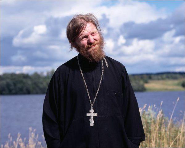 Отец Аркадий Шлыков был окружён большим количеством людей и очень одинок
