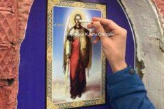 На Кубани проведут проверку из-за фото, на котором молодой человек тушит сигарету об икону