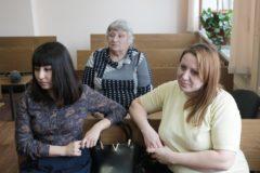 Перепутанные в челябинском роддоме 30 лет назад девушки требуют компенсации в суде