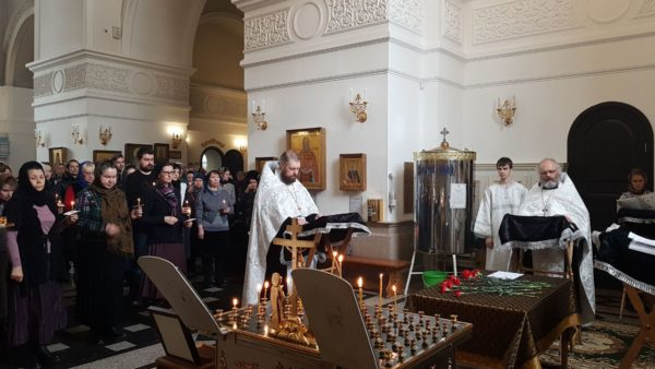 По всей России в храмах молятся о жертвах пожара в Кемерово