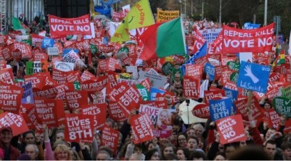 Десятки тысяч жителей Дублина вышли на демонстрацию против абортов