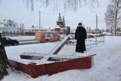 Вандалы снова спилили поклонный крест в Архангельске