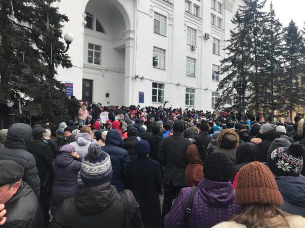 Жители Кемерово вышли на стихийный митинг после пожара в торговом центре
