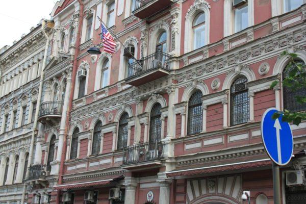 Россия высылает 60 американских дипломатов и закрывает генконсульство США в Петербурге
