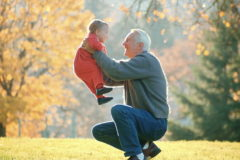 Одинокие московские пенсионеры смогут навещать детей-сирот