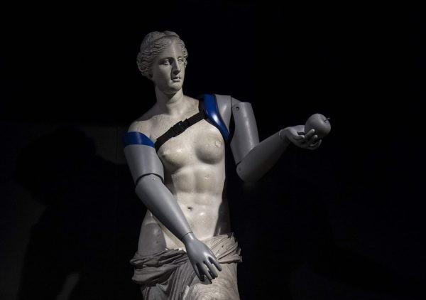 Парижским скульптурам сделали протезы в рамках благотворительной акции