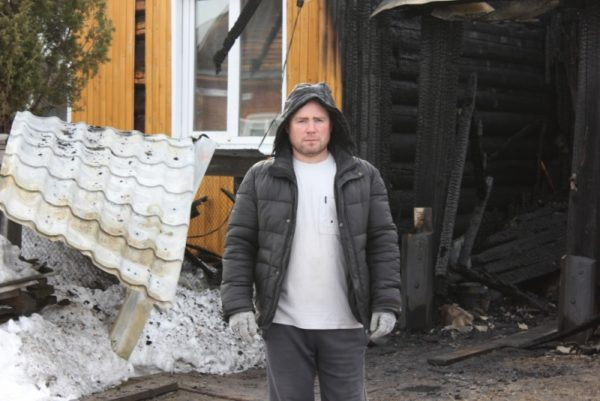 Многодетный свердловчанин спас из огня и приютил у себя соседку-инвалида