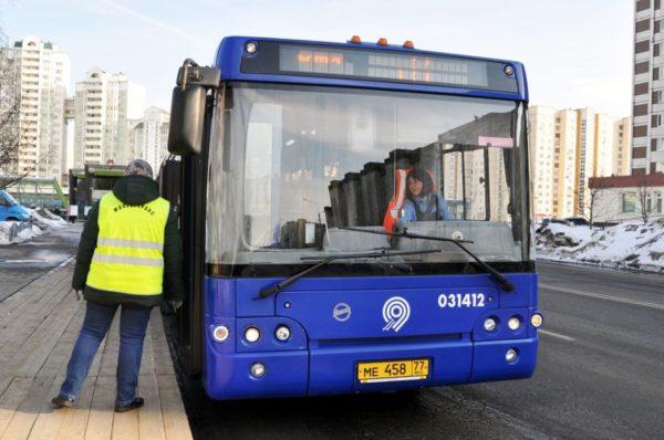 В пасхальные дни в Москве запустят бесплатные автобусы до кладбищ