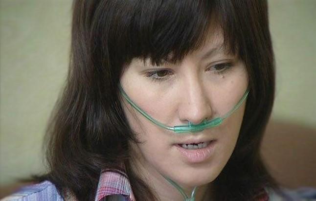 Лилия прикрывает синие губы варежкой, чтобы не задохнуться