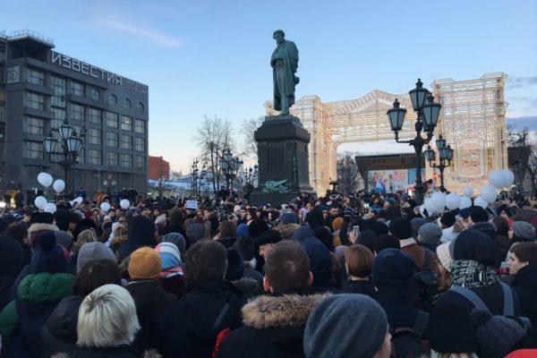В Москве и Санкт-Петербурге проходят акции памяти по погибшим в Кемерово