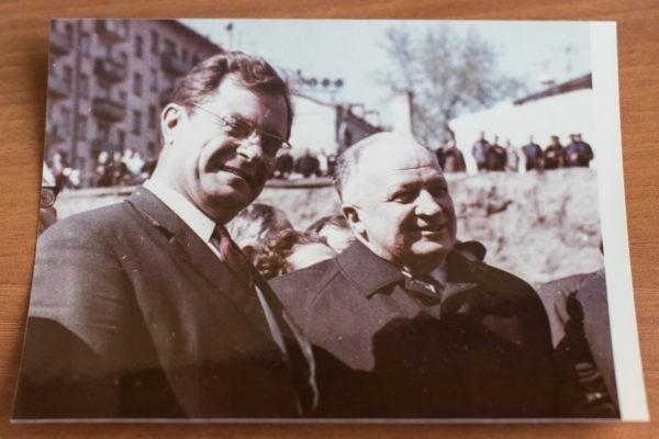 Борис Комаров, главный хирург гражданской обороны Москвы, бывший руководитель НИИ им. Склифосовского (а фактически – человек, почти с нуля создавший его заново), он выжил в Сталинграде, чтобы стать врачом, а не художником, в 90 лет продолжает консультировать и видит то, чего не замечают другие.