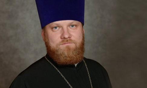 Священник, поющий