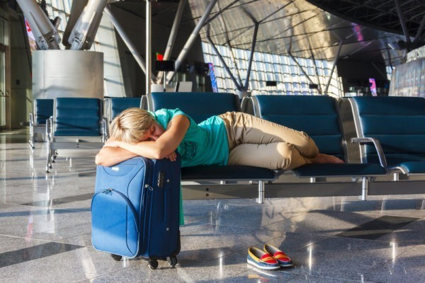 В московских аэропортах запретили лежать на креслах и сидеть на полу