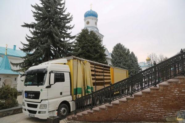 Прихожане Черновицкой епархии собрали 20 тонн гумпомощи для беженцев Святогорской Лавры