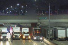 В США 13 грузовиков встали под мостом, чтобы спасти мужчину от самоубийства