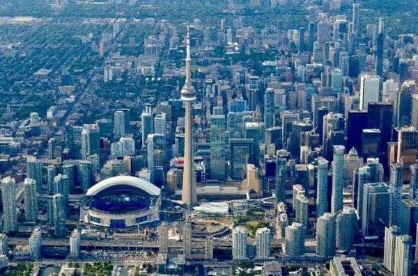 Десять человек погибли при наезде фургона на пешеходов в Торонто