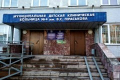 Новосибирскую медсестру подозревают в жестоком обращении с ребенком-отказником