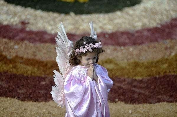 Патриарх Кирилл выпустил внебо белых голубей вканун Пасхи