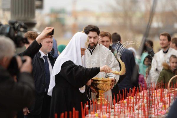 Освященные Патриархом Кириллом куличи отправят сиротам, инвалидам и старикам