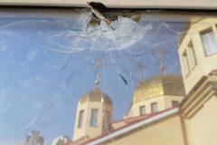 В храм нападавшим зайти не удалось – двери изнутри подперли стулом, обстреливали со двора