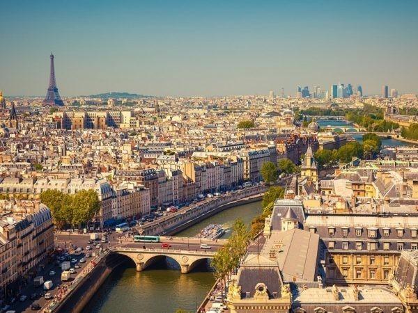 В центре Парижа террорист напал с ножом на прохожих