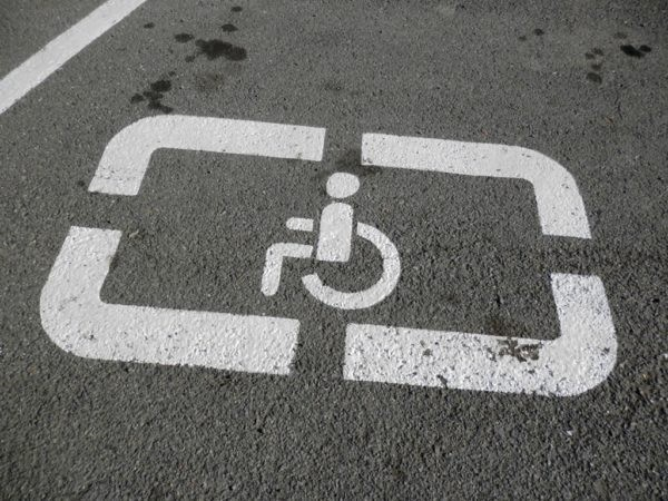 Инвалидам разрешат парковаться под запрещающими знаками