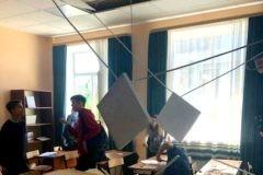 В Подмосковье на учеников во время урока обвалился потолок