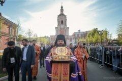 Верующие стоят в очереди к мощам Луки Крымского в Донском монастыре
