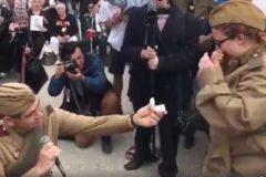 """Американец сделал предложение девушке во время акции """"Бессмертный полк"""" в Нью-Йорке"""