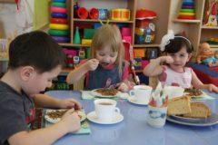 Роспотребнадзор примет жалобы родителей на питание в школах и детсадах