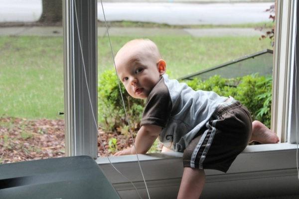 Опасные развлечения, жара и открытые окна – как обезопасить ребенка летом