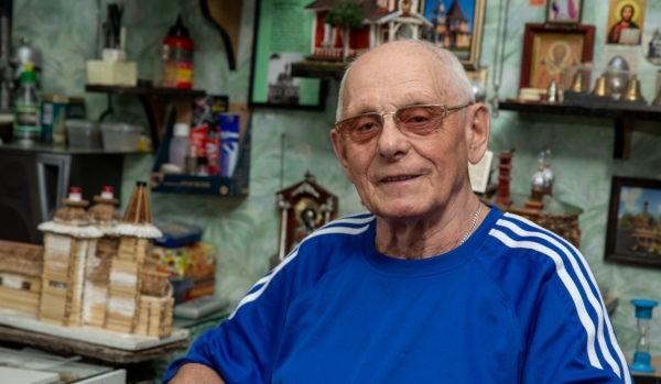 Зодчий в миниатюре: 86-летний полковник в отставке делает церкви из спичек