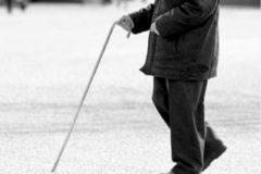Китайский полицейский перенес на себе старика, не успевающего перейти дорогу