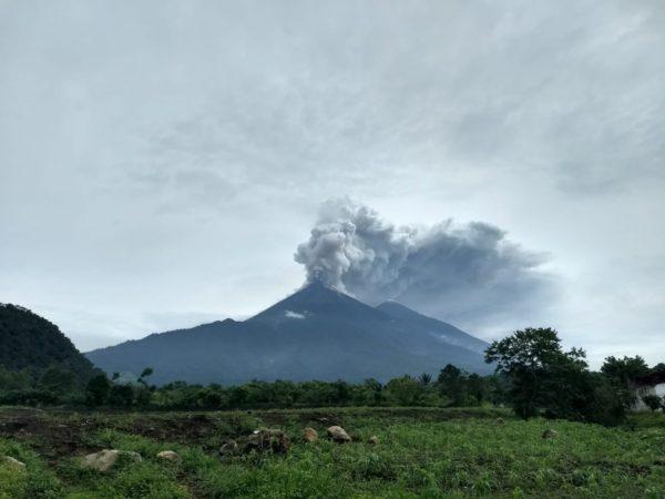 Живого младенца нашли под слоем пепла после извержения вулкана в Гватемале