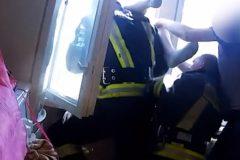 Латвийские пожарные поймали человека, выпавшего из окна