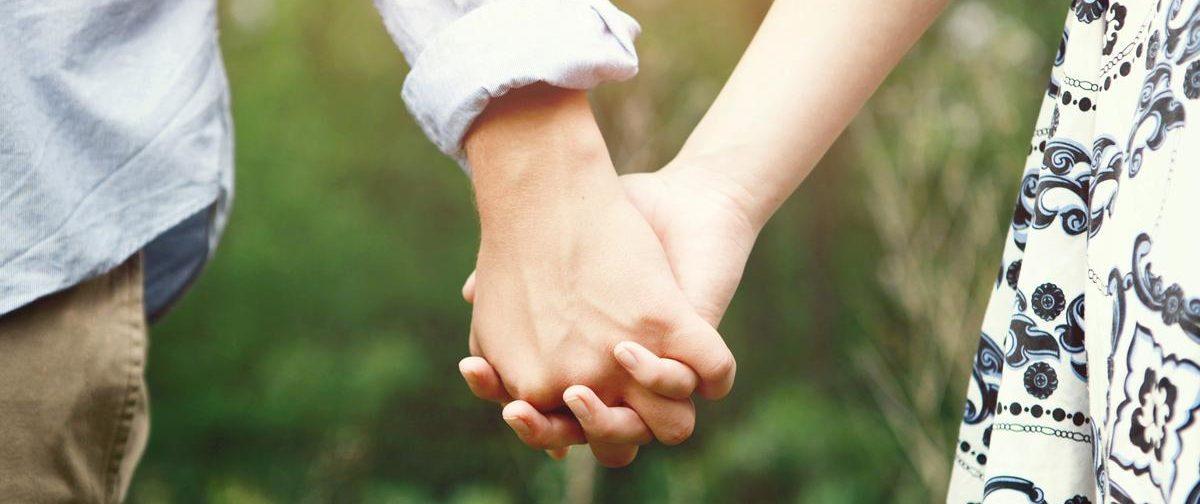 Дыхание памяти о дивном саде, где двое взялись за руки перед дальней и тяжелой дорогой
