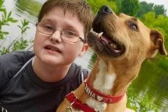 Семья забрала щенка из приюта – и собака помогла их сыну заговорить