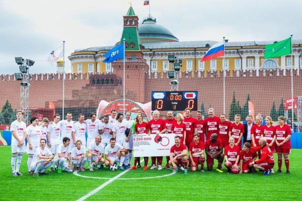 Звезды спорта сыграли в футбол с «особенными» детьми на Красной площади