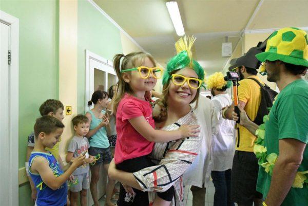 Бразильские болельщики посетили клинику для тяжелобольных детей в Самаре