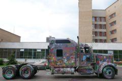 Водитель-дальнобойщик разрешил больным раком детям раскрасить свою фуру