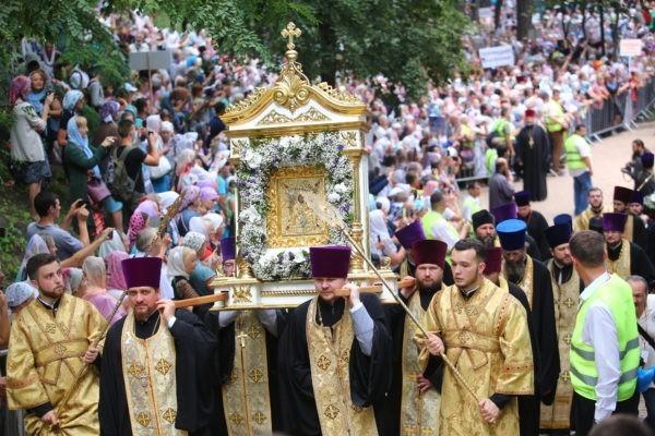 В Киеве тысячи людей идут Крестным ходом в честь 1030-летия Крещения Руси